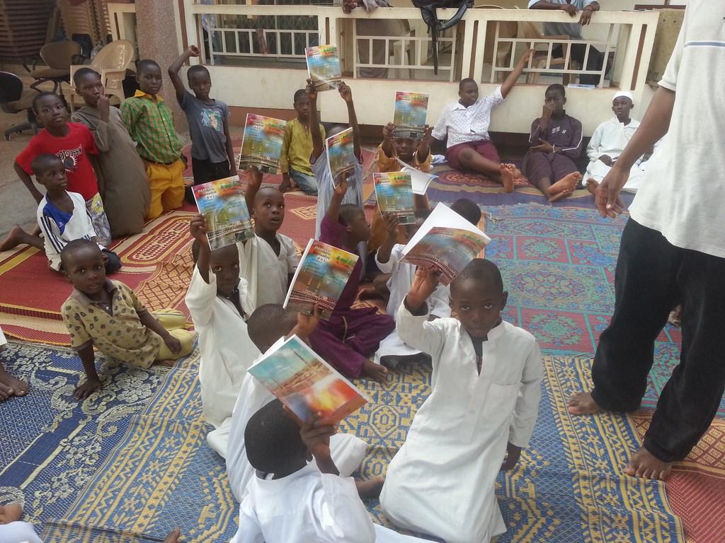 Kur'anı Kerim- Elif-Ba Dağıtımı - FAALİYETLER - Gana Dostuk ve Yardımlaşma Derneği