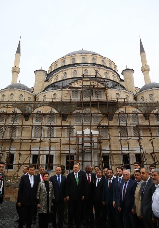 Sayın Türkiye Cumhuriyeti Cumhurbaşkanı Recep Tayyip ERDOĞAN Gana Accra Furkan Camii ve Külliyesini(Gana Milli Camii) ziyaret edip bilgi aldı - DUYURULAR - Gana Dostuk ve Yardımlaşma Derneği